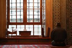 leggio corano (fuoripista) Tags: turkey carpet persian istanbul mosque canon350d rug interno persiano moschea camii turchia tappeto
