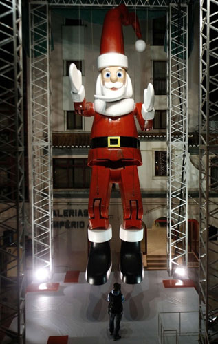 World's Tallest Santa Claus Marionette