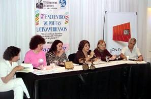 Lenida (Daniel Brogin) ubicado en la punta de la mesa de los disertantes
