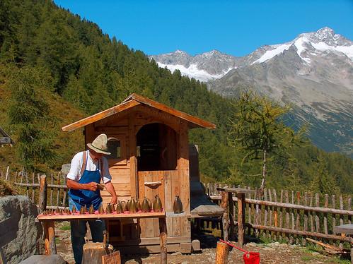 Suonatore di campane in montagna