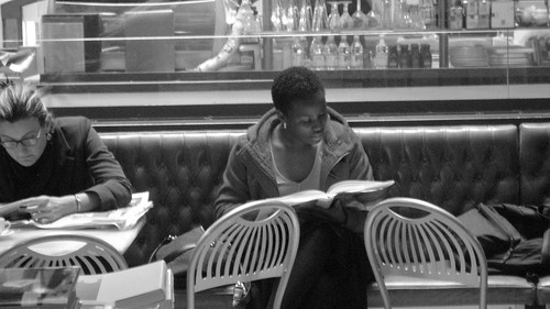 Una mujer lee un libro en Florencia (Italia)