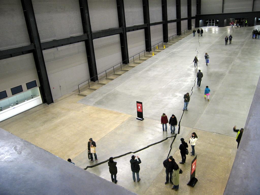 Tate Modern - Turbine Hall - Doris Salcedo's Shibboleth (167m long crack)
