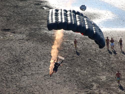 Parachutist at Flypa 08 landing at El Socorro beach