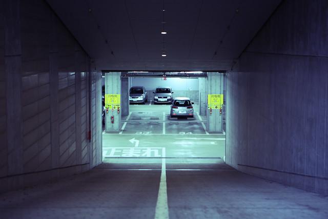 駐車場入口の明暗