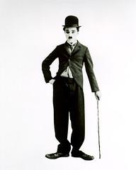 [フリー画像] 人物, 男性, 歴史, チャールズ・チャップリン, イギリス人, モノクロ写真, 帽子・キャップ, 201101210100