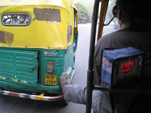 Rickshaw pushing rickshaw em Delhi