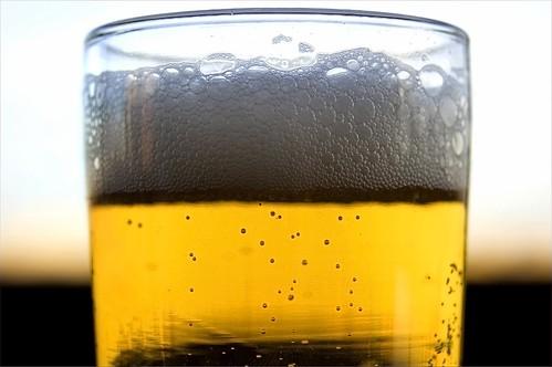 Tại sao bọt của các cốc bia khác nhau lại tan nhanh/chậm khác nhau?