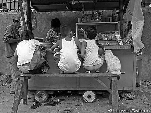 kariton eating sidewalk street eating food vendor  Buhay Pinoy Philippines Filipino Pilipino  people pictures photos life Philippinen  菲律宾  菲律賓  필리핀(공화국)