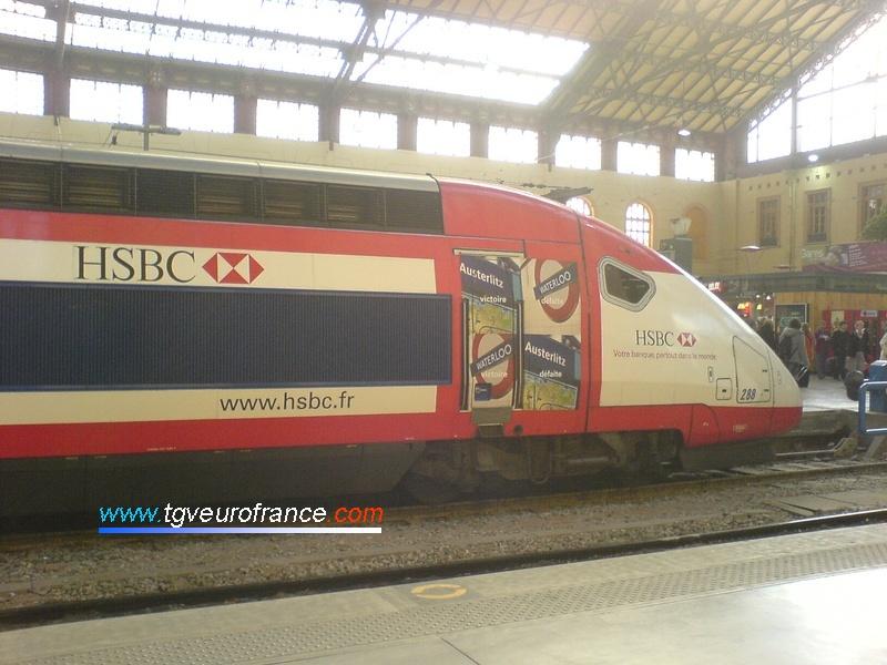 Vue d'une motrice de la rame TGV Duplex 288 décorée avec la livrée de la banque britannique HSBC