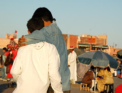 amicizia (ariablu ɐɹdosoʇʇos) Tags: africa morocco marocco marrakech hugs amicizia afrique abbracci marcovissani ariablu jama'aelfnaa photoariablu