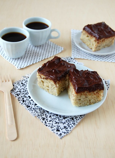 Banana sheet cake with fudgy chocolate frosting / Bolo de banana com cobertura de chocolate