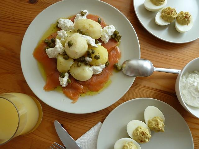 MENÚ: Ensalada de papas con salmón + huevos infierno.