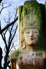 la tombe d'oscar wilde (alternativefocus) Tags: paris france cemetery sphinx pentax oscarwilde kisses perelachaise aficionados pentaxk10d platinumphoto alternativefocus