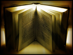 MaGiCaL BooK (SwEeTcHy) Tags: light luz book magic libro rayo magia goldenglobe fineartphotos multimegashot iluminacionsetup