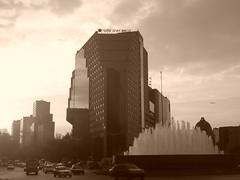 Calle de Reforma, cerca del monumento que es u...