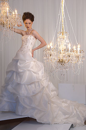 Wedding dress to slim the body postures and short.