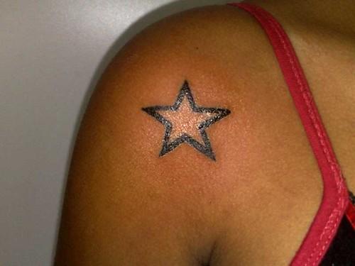 tatuagem estrela no ombro