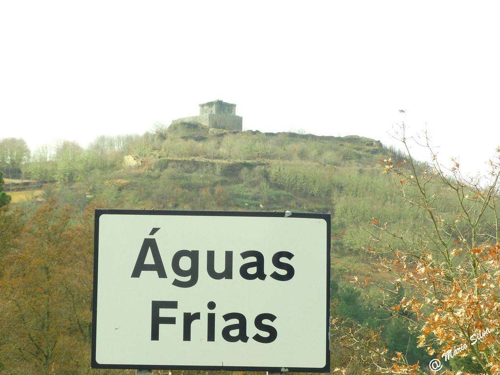 Águas Frias (Chaves) - ... o Castelo de Monforte de Rio Livre no cimo do Brunheiro ...