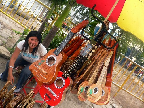 Philippinen  菲律宾  菲律賓  필리핀(공화국) Pinoy Filipino Pilipino Buhay  people pictures photos life city, peddler, Philippines, sidewalk, street, vendor, woman cebu guitar