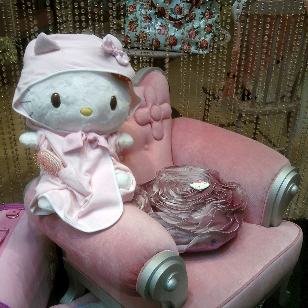 Hello Kitty Store San Babila Milano - Shop Window - Kawaii Bathrobe