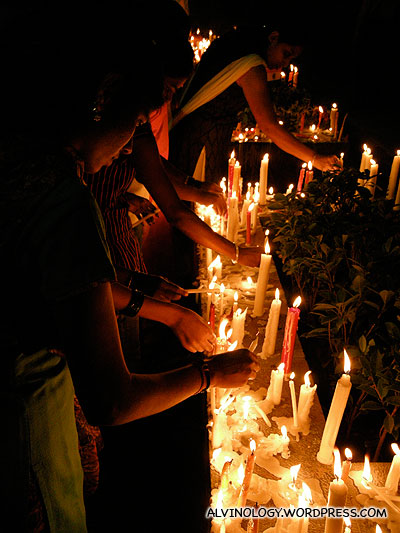 People lining candles outside the Taj Hotel, to honour the vicitims of 10/11