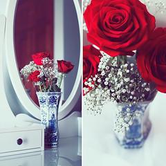 Las rosas. (www.juliadavilalampe.com) Tags: blue red roses white holland diptych getty vase holanda delf rosas gettyimages florero chaulafanita juliadavila bluedelfthollanddutchvase royaldelftvase juliadavilalampe