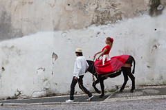 De l'Albaicin  l'Alhambra (Paysage du temps) Tags: street red horse man rouge cheval women dress robe femme andalucia espana grenade rue espagne homme andalousie albaicin