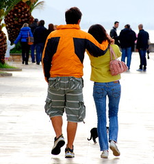 """""""They are so very big these humans... I 'd better go out of their way fast!.."""" (Aster-oid) Tags: bodylanguage couples kittens greece nafplion streetphotos youngcouples lovingcouples picswithsoul"""