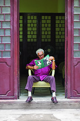 Leitura Proibida? [Forbidden Reading?] (Jim Skea) Tags: man magazine reading chair purple revista havana cuba nikond50 habana homem roxo cadeira leitura habanavieja jimsk