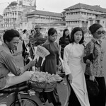 Saigon 1972 - Photo by A. Abbas - Cuối đường Lê Lợi, phía trước Chợ Saigon thumbnail