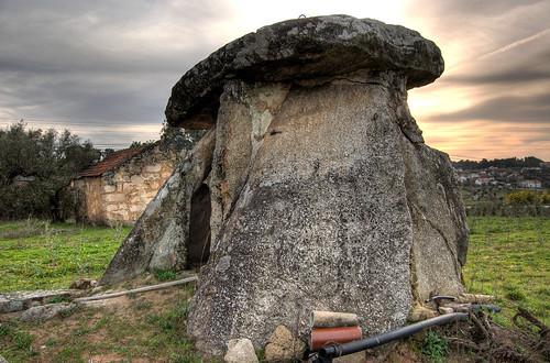 Anta de Carvalhal da Louça ([http://www.flickr.com/photos/coussier/2273566123/ Foto de Coussier])