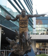 Magic Johnson Statue in front of Staples Center (VKNRM) Tags: lakers magicjohnson staplescenter magicjohnsonstatue clippersvheat