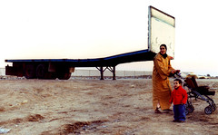 Postales desde Barcelona: Bagdad en Barcelona (jos fresnadillo) Tags: barcelona truck playa arabic camion barceloneta trailer canona1 bagdad carrito canonfd1450mm mujerarabe niorabe