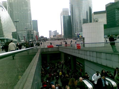 Evacuando la gare de la Défense, Francia