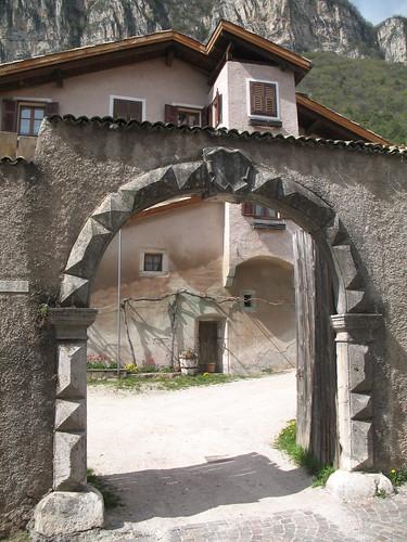 Eingangtor zu einem alten landwirtschatlichem Gehöft in Kurtatsch