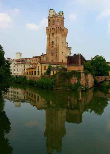 La Specola reflected upon the Bacchiglione in Padua, Italy por Peace Correspondent.