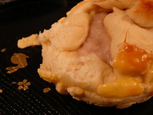 芋泥菠蘿麵包撕開後