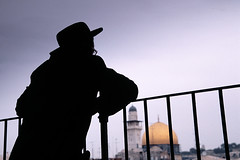 Wondering... (Jerusalem) (miguel valle de figueiredo) Tags: easter israel shrine islam jerusalem religion domeoftherock pscoa hebrew islamic religio abrao smrgsbord hollyland terrasanta judasmo orientemdio judeuortodoxo islo mywinners mdiooriente ortodoxjew qubbatalsakhra templeoftherock reisalomo mesquitadeomar cidadesanta top20jerusalem