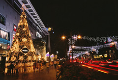 XMAS In The City (GenkiGenki) Tags: road christmas xmas light people tree film car night singapore fuji 28mm decoration orchard shoppingmall fujifilm gr ricoh reala paragon gr1v reala100