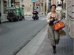 Une femme sur la rue de Paris (Julie70 Joyoflife) Tags: street paris france femme rue 2008 marche photojuliekertesz sonydscw200