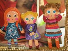 Fotografia de familia! (pins) (Susana Tavares) Tags: bonecas dolls arte handmade pins meninas papiermachê acessórios pregadeiras aplicações susanatavares pintadoámão