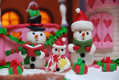 Silent night (ineedathis, Everyday I get up, it's a great day!) Tags: christmas miniatures baking modeling diamond snowmen gingerbreadhouse merrychristmas figures carolers gumpaste sugarcraft mywinners makeonesday dearflickrfriend