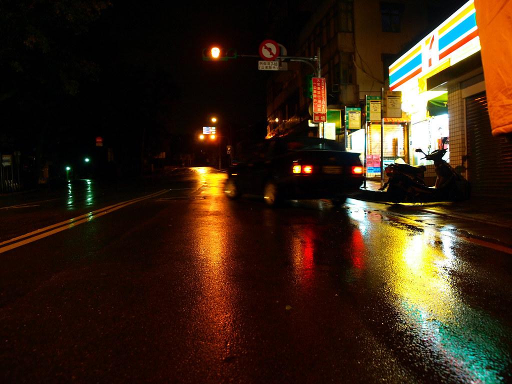 旁車只見尾燈光影