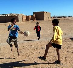 Aba, Salem y otro amigo (akiakula) Tags: africa children hope desert refugees desierto tindouf refugiados saharaoccidental esperanzadevida niosnias