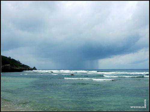 遠方有一朵正在下雨的烏雲