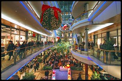 Christmas Shopping (Hans van Reenen) Tags: light people lines mall shopping germany deutschland lights gente perspective fav20 menschen fav30 dsseldorf linea christmasshopping mensen winkelcentrum fav10 outstandingshots flickrsbest mywinners diamondclassphotographer 20071208