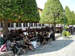 08 gente che aspetta l'arrivo del re a palazzo reale