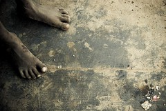 Pieds nus - Barefoot - Mumbai, India, 2008 (- PicsmaKer -) Tags: poverty life voyage travel india color sol foot asia pentax bombay barefoot asie misery mumbai 2008 pieds k10 inde lightroom aficionados mumbay bombai piedsnus k10d