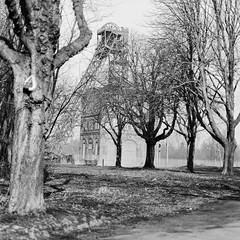 """Tour de Ruhr (analog): Zeche Sterkrade (Sebastian Petermann) Tags: zechesterkrade zeche bergwerk sterkrade oberhausen zecheinoberhausen ghh gutehoffnungshütte förderturm fördergerüst poo putt foma fomapan100 rolleiflexslx rollei mittelformat analog analogue filmisalive filmisnotdead realphotographers filmphotography photo79 sebastianpetermann photographersonflickr photographersontumblr selfdevelopment """"tank development"""" ruhrgebiet routederindustriekultur sehenswürdigkeit bäume steinkohlebergwerk rurgebiet"""
