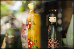 (Eric Flexyourhead) Tags: sf sanfrancisco california goldengatepark usa reflection cute window glass dolls bokeh kawaii japaneseteagarden giftshop omiyage zd 50mmmacro20 50mmmacrof20 olympusep1 panasonicdmwma1